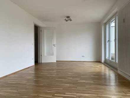Neuwertige Wohnung mit Penthouse-Charakter und Blick auf Olympiaturm; grosse Dachterrasse