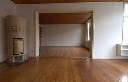 Sehr schöne, großzügige 4-Zimmer Wohnung mit Einbauküche, Wintergarten und Kamin