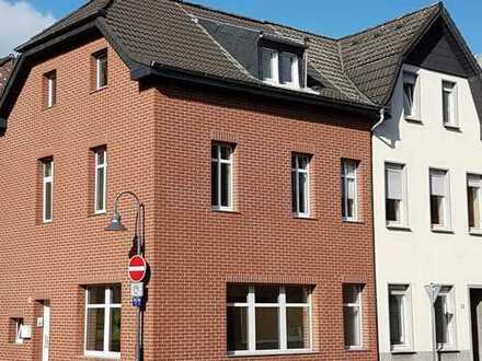 Stadthaus mit schöner Bürofläche im Erdgeschoß und zwei Wohnungen sowie 3 separaten Eingängen!!!