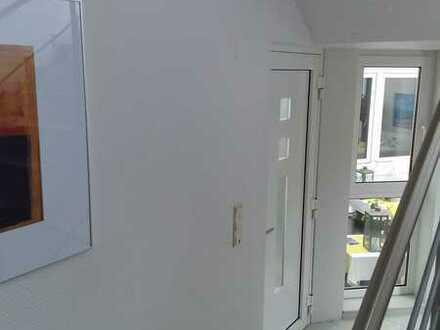 Römerberg - helle 2 Zimmerwohnung in einem gepflegten 3 Parteienhaus - Teilrenoviert - zentrale Lage