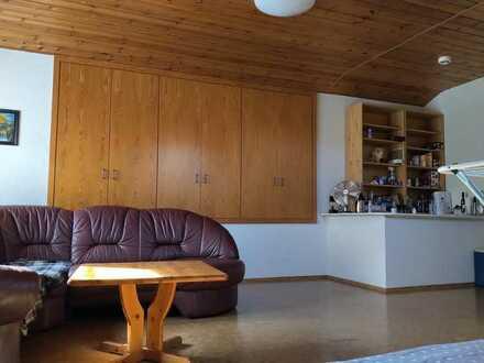 Ein großes Dachgeschosszimmer in einem schönen Familienhaus