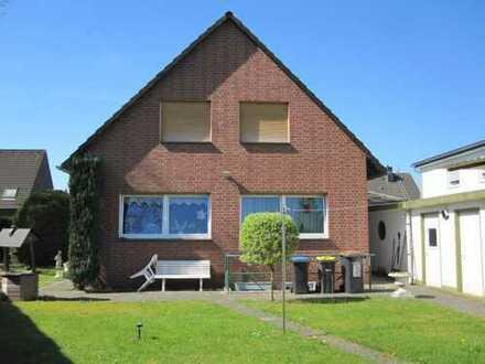 Freistehendes 1 oder 2 Familienhaus mit 175 m² ges. Wfl. + 831 m² Kaufgrundstück + 2 Garagen.