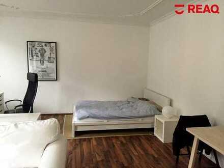 Helle und Großzügig geschnittene 1-Zimmer-Wohnung mit Küche und Bad im Altbau!