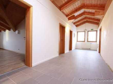 Arbeiten / Wohnen mit Flair: Helle Dachgeschossfläche als Büro oder Mitarbeiterunterkunft