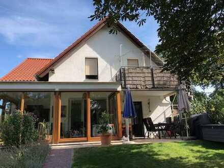 Wohnen im Zweifamilienhaus, OG, 3ZW mit Balkon u. eigener Terrasse im Garten