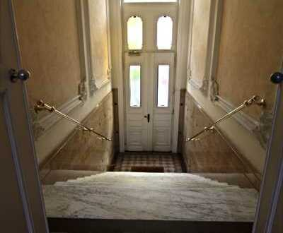 *5-Zimmer-Dachgeschoß-Wohnung in zentraler Lage mit Ausblick*