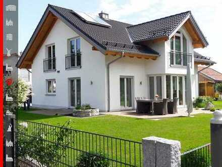 Freistehendes Einfamilienhaus mit liebevoll angelegtem Garten