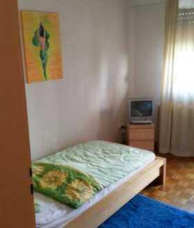 Zimmer mit TV und Bad