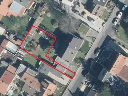 Grundstück in bevorzugter Wohnlage in zweiter Reihe, bebaubar mit einem Einfamilienhaus