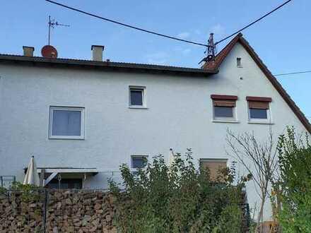 Modernisierte Doppelhaushälfte mit drei Zimmern und EBK in Wi-Freudenberg