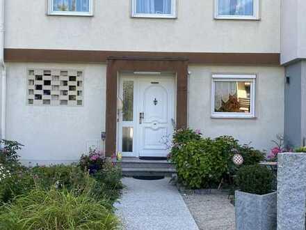 Attraktives Reihenhaus mit fünf Zimmern und EBK in Lechhausen, Augsburg