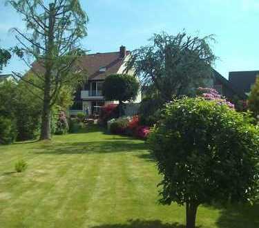 Geräumige Doppelhaushälfte mit Einliegerwohnung, Garage und Traumgarten.........
