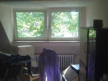 Zimmer in geräumiger Dachgeschoss Wohnung schnelle Anbindung ins Zentrum