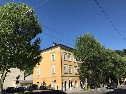 AM NEUTOR: Reizende 2-Zimmer-Altbauwohnung mit Balkon in Ceconi-Villa