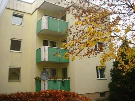 Stressfreier Feierabendausklang auf sonnigem Balkon im Grünen! Familienfreundliches 3-Zimmer-Wohnvergnügen mit guter Infrastruktur!…