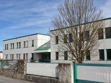 Bürogebäude mit großem Parkplatz, Ladezone - Erweiterung auf eigenen Grundstück möglich -