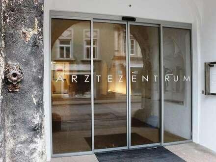 Ordination oder Büro direkt an der frequentierten Hauptstraße!! Ideale Präsentationsmöglichkeiten! Im Zentrum von Hainburg!…