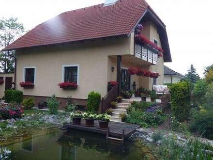Hochwertig ausgestattetes Einfamilienhaus in ruhiger Siedlungslage mit Schwimmteich und wunderschönem Garten