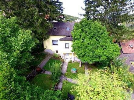 Traditionelles altes Wienerwaldhaus mit terrassiertem Garten in Grünruhelage