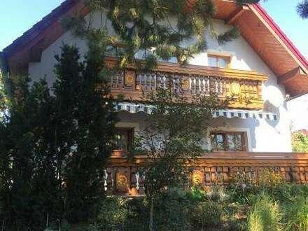 Einfamilienhaus im Landhausstil in idyllischer Lage mit Traumgarten, inkl. 4 Garagen, 2 Stellplätze, neues Zusatzgebäude mit vielen Möglichkeiten