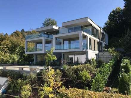 Velden Wörthersee/AUEN: Exklusive Maisonette-Seeblickwohnung ZUR MIETE mit direktem Poolzugang, Privatstrand
