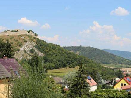 Zum Wohlfühlen in Aussichtslage Hainburg! Sehr gepflegt, mit grandiosem Blick auf den Schloßberg und die Burg! Vollunterkellert…