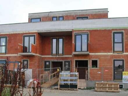 232 m² Nutzfläche: MASSIVBAU / SWIMMINGPOOL / 42 m² Dachterrasse / 8 Wohnräume / 3 Bäder / 2 Balkone / 2 KFZ-Plätze