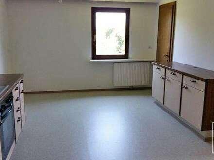 Gepflegte 5,5 Zimmer Wohnung mit Keller, Garage und großem Garten zu vermieten!