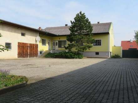 2042 Grund: Geräumiges Wohnhaus mit umfangreichen Nebengebäuden