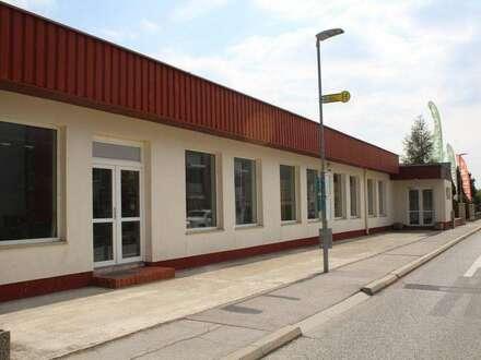 Geschäftslokal mit Freiflächen & Parkplätzen
