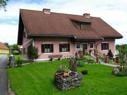 Gepflegtes, Bauernhaus mit Wirtschaftsgebäude