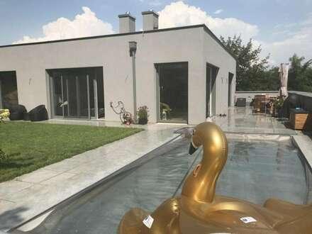 Den Sommer luxuriös auf Terrasse und Garten mit eigenem Pool genießen
