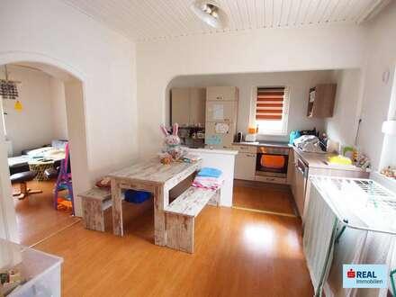 7212 Forchtenstein: Wohnhaus in Hanglage mit wunderschönem Weitblick inkl. Nebengebäude, 2 Carports, Garage, 2 Terrassen und Garten!