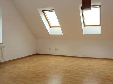 Helle 2 Zimmer Dachgeschoss Wohnung, zentral mit Parkplatz!