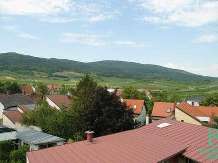 Traumhaft schöne und helle Dachgeschosswohnung mit herrlichen Ausblick auf die Weinberge!
