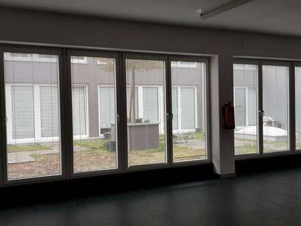 verkehrsgünstiges Büro/Ausstellungsraum neben der Autobahnabfahrt S1/A22 mit Terrasse