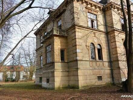 Zauberhafte, historische Jahrhundertwendevilla mit Parkanlage und Baugrund im Herzen der Gemeinde Gars am Kamp. Liebhaberobjekt!