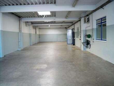 Gepflegtes Betriebsgebäude mit 2 Hallen mit Büro oder Wohnung