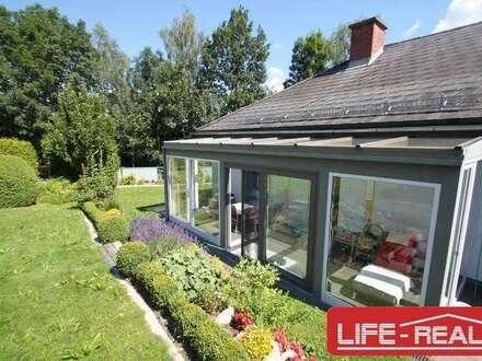 Freundliches Einfamilienhaus mit großzügigem Grundstück und einer Halle