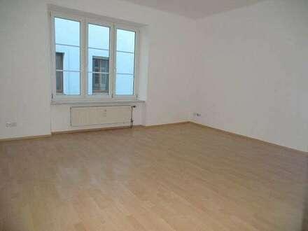 12279 Neu renovierte Wohnung im Zentrum!