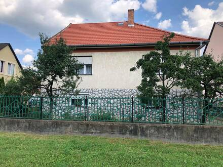 In einer Staub- und Lärmfreie Umgebung ist dieses Famielienhaus in einer historischen Stadt Ungarns, in Eger.