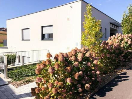 Stilvolle Neubau-Mietwohnung mit sonniger Terrasse und Garten