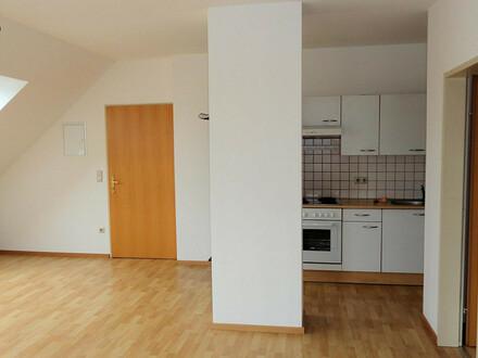 Gut geschnittene 2 Zimmer Dachgeschoss Wohnung mit Parkplatz