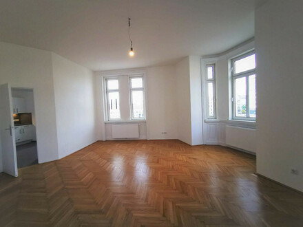ALTBAUCHARME : ERSTBEZUG NACH SANIERUNG : 2 Zimmer mit separater Küche : nahe U4 Center!