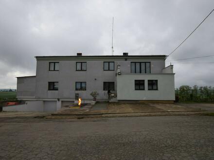 Wohnhaus für Grossfamilie mit Nebengebäuden und Grundstücken