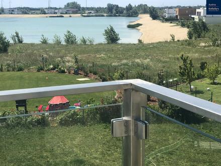 Unverbaubarer Blick von Ihrer 47m² Terrasse auf den privaten Badesee