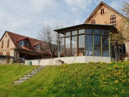 Wohnhaus mit ca. 90 m² Wfl. und Nebenhaus mit ca. 110 m² überdachte Autoabstellplätze und 1567m² Grund
