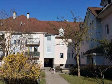 gut geschnittene 3 Zimmer Wohnung, Balkon, Kinderspielplatz, Parkplatz, ist ab sofort Verfügbar.