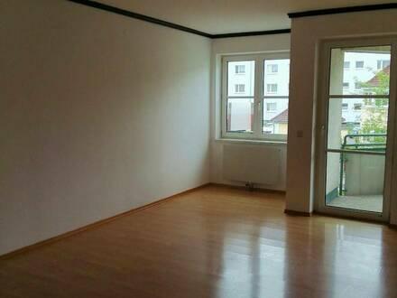 Große 3 Zimmer Wohnung mit zugehörigen Stellplatz