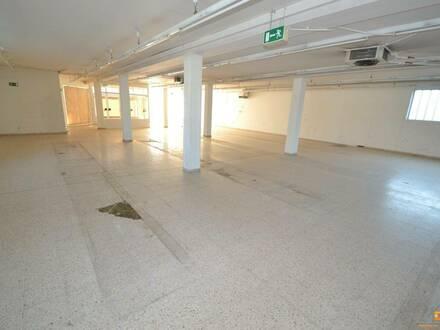 Sanierungsbedürftige Gewerbefläche (Geschäft, Lager, Produktion, Werkstatt...) mit großer Auslagenfläche nahe Krankenha…